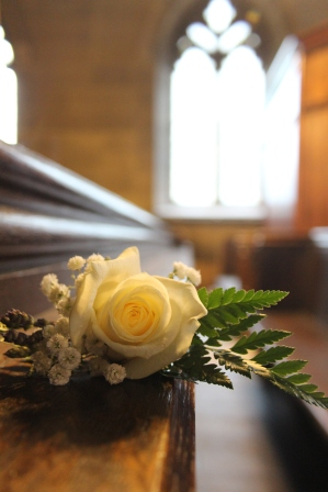 flowers-on-pew